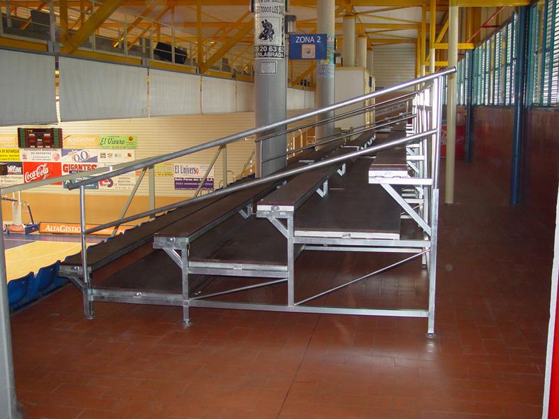 Gradas desmontables con asiento corrido de madera for Gradas de madera para exteriores